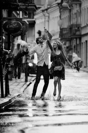 Nắm tay trên đường: Giữa hàng vạn ánh nhìn, chỉ có những đôi tim chân thành mới có thể trong vô thức siết chặt lấy tay nhau, đi qua mọi nẻo đường. Ảnh: Playbuzz.