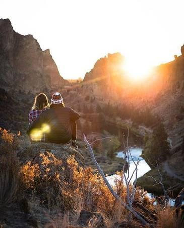 """Cùng đón bình minh: Thiên nhiên không bao giờ phụ bạc tấm chân tình. Thức dậy sớm, ngả lên vai """"gấu cưng"""", đón vầng hào quang đầu tiên của ngày mới là trải nghiệm diệu kỳ cho đôi uyên ương. Ảnh: Instagram/mountain.stories"""
