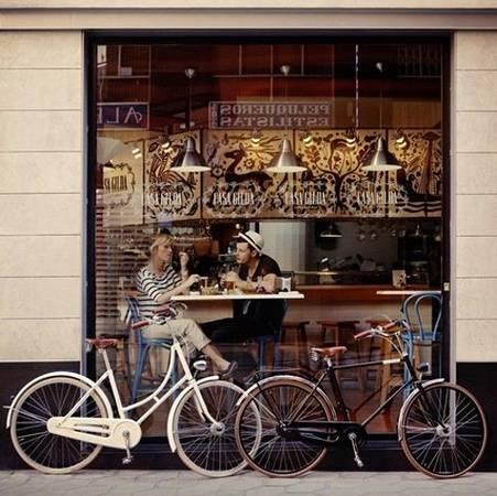 Uống cà phê ở một quán địa phương: Thức uống nồng nàn quyến rũ, không gian đậm chất văn hóa sở tại sẽ giúp kỷ niệm được ướp hương, mới mẻ. Ảnh: dustjacketattic.blogspot.
