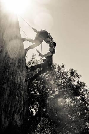 Chinh phục một đỉnh núi: Thách thức giới hạn của bản thân, chuyến đi đầy rẫy khó khăn nhưng vẫn có sự sát cánh của một nửa yêu thương sẽ là một ấn tượng mà bạn sẵn sàng đánh đổi những ngày nhàn nhã để có được. Ảnh: Pinterest.com.