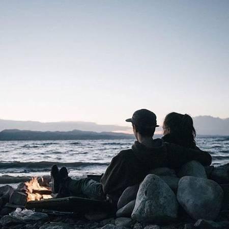 Ngồi im nghe nhạc cùng nhau trên biển: Không cần phải gồng mình thể hiện hay gắng sức dời núi lấp sông, khoảnh khắc an nhiên tĩnh lặng ngắm từng cơn sóng dập dìu trên nền nhạc, bạn sẽ ngộ được thế nào là hạnh phúc. Ảnh: Pinterest.com.