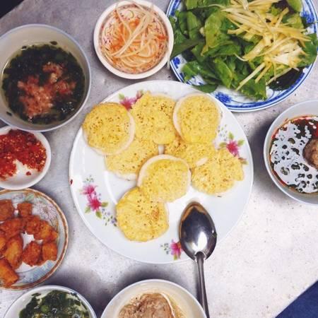 Bánh căn ở Tuy Hòa khá giống với bánh căn ở Đà Lạt, chấm nước mắm mỡ hành và có chút thịt bằm. Địa chỉ gợi ý cho bạn là đường Lương Tấn Thịnh, đoạn Trường Chinh và Hùng Vương, giá khoảng 10.000 đồng/phần.