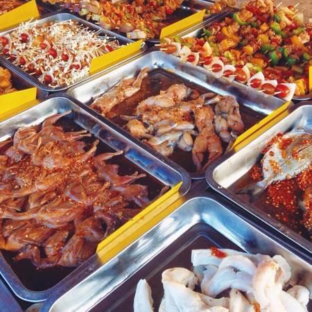 Xiên nướng tự chọn gần công viên 26/3, đường Đồng Khởi. Một xiên có giá khoảng 10.000 đồng. Ngoài ra có các loại thịt nướng theo đĩa giá khoảng 30.000 đồng.