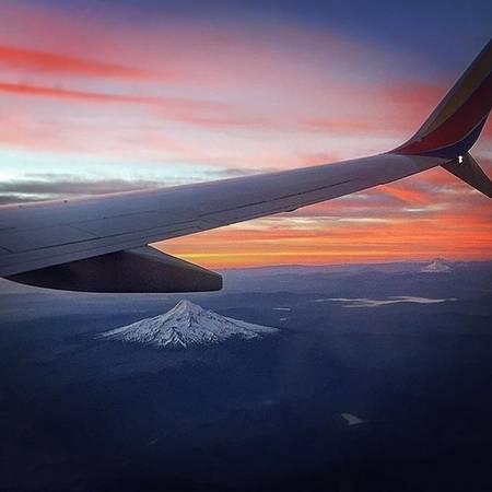 11. Còn gì tuyệt vời hơn là được ngắm nhìn ngọn núi lửa Hood sừng sững trong một buổi chiều hoàng hôn ráng đỏ đẹp như mơ cơ chứ!