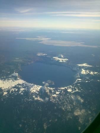 2. Hồ Crater nổi tiếng là hồ nước sạch và xanh nhất thế giới vì không có nhánh rẽ hay vịnh nhỏ nào khác. Chỉ cần nhìn từ trên cao thôi là cũng đủ để thấy mức độ hùng vĩ của địa danh này!