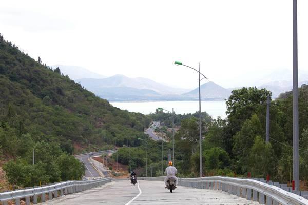 Cung đường DT702 hướng ra vịnh Cam Ranh. Ảnh: Tiểu Duy