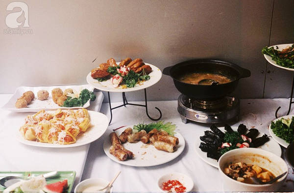 Buffet chay ở quán khá đa dạng với đủ món hấp, chiên, kho, các loại bánh, chè, thạch, trái cây với giá 100 ngàn đồng/ suất. Các món chay của quán làm khá đậm đà, dễ ăn, nhưng ghi điểm nhất vẫn là những món ngọt lạ miệng, ít nơi có như xôi mít hay gà Kungpao (gà xào với ớt chuông).