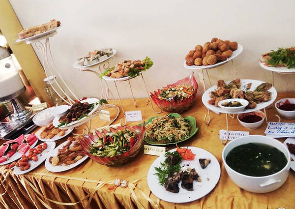 Điểm cộng cho buffet chay Quán Thánh là các món đa dạng trong đó có những món ít nơi bán như cơm cuốn, nem cuốn chay... Ngoài buffet, cơm suất ở đây cũng rất dễ chịu và đầy đặn với giá khoảng 30/ phần có 3, 4 món mặn, 2 món rau đi kèm canh và chè.