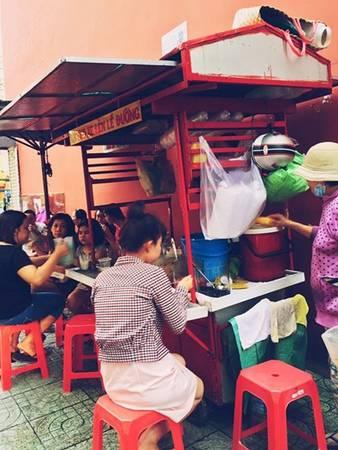 """Chè ba màu Xe chè ba màu trên đường Nguyễn Phi Khanh (quận 1) trước đây được gắn mác """"chảnh"""" do chủ quán có phong thái phục vụ chậm rãi, dù cho đông khách, có người giục. TP HCM có muôn vàn quán chè, nhưng những người sành ăn thường nhắc đến xe chè này đầu tiên. Bởi chè ở đây có vị ngọt thanh, hạt đậu mềm vừa đủ. Xe chè chỉ bán những món truyền thống như chè đậu đen, đậu đỏ, ba màu, bánh lọt... giá 10.000 đồng một ly. Ảnh: Phú Nguyễn."""