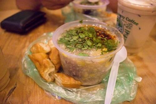 """Súp cua Nguyễn Văn Tráng Xe súp cua ở đường Nguyễn Văn Tráng được gọi vui là """"súp hành chính"""" vì chỉ bán trong giờ hành chính, đến 6h chiều cho dù chưa bán hết vẫn dọn hàng, nghỉ thứ 7 và chủ nhật. Chiếc xe nhỏ được thiết kế để đựng nồi súp lớn và toàn bộ đồ nghề. Nồi súp có bắp, nấm, cua xé, trứng. Các nồi nhỏ đựng óc heo, trứng bắc thảo… cho thực khách muốn ăn thêm. Một nét đặc biệt nữa là ở đây bán quẩy để ăn kèm súp cua. Giá một phần từ 25.000 đến 35.000 đồng. Ảnh: Phượng Phan."""