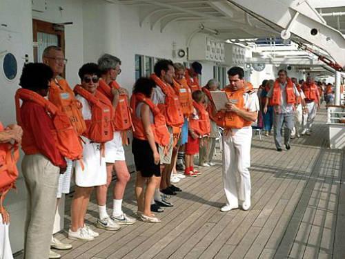 Du khách cần tuân thủ những quy định về an toàn trên tàu. Ảnh: Best Travel Store.