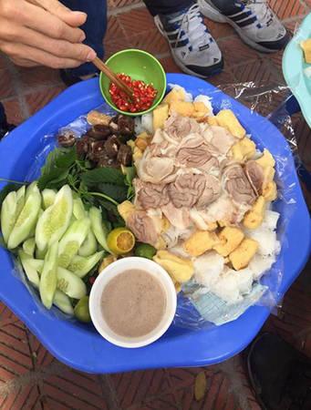 Tại quán bún đậu Phan Phù Tiên ở Cát Linh, đậu không rán sẵn mà có khách mới làm để đảm bảo độ nóng, giòn. Điểm tạo nên sự khác biệt của quán nữa là món lưỡi lợn và chả cua ăn kèm. Một suất bún đậu đầy đủ có giá 80.000 đồng. Ảnh: Vi Cao.