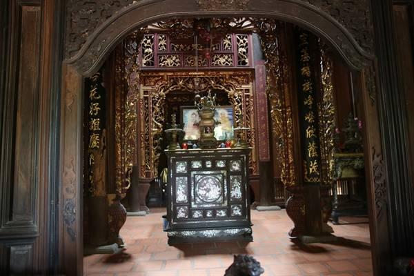 Trong nhà các kèo, ô cửa, bao lan bằng gỗ, được chạm khắc tinh xảo các họa tiết như mai, cúc, trúc, tùng…Ảnh: baomoi