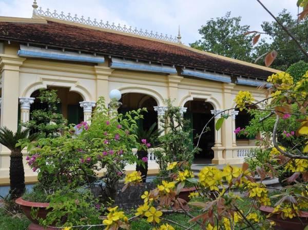 Nếu như mặt tiền của ngôi nhà theo kiểu Pháp với những hàng cột tròn, mái vòm uốn cong thì bên trong nội thất lại là một không gian kiến trúc thuần Việt. Ảnh: priceline.  Ảnh: ahomevietnam.
