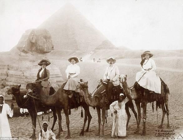 Những hình ảnh dưới đây được chụp từ năm 1890-1930, ghi lại những đoàn du khách người Anh dưới thời Nữ hoàng Victoria khi đến thăm kim tự tháp ở Ai Cập. Ảnh: Getty.