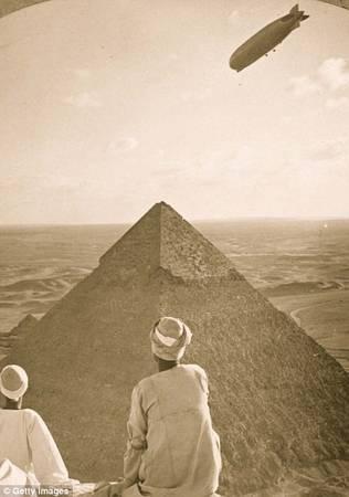 Hai người đàn ông ngồi trên một kim tự tháp 4.000 năm tuổi. Ảnh chụp năm 1931. Ảnh: Getty.