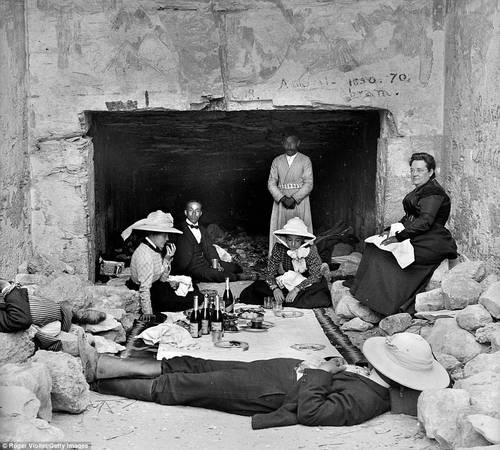 Anh chiếm đóng Ai Cập từ năm 1882-1914. Trong ảnh: một nhóm du khách nghỉ trưa và dùng bữa bên trong một ngôi đền thờ. Ảnh: Roger Viollet/Getty.