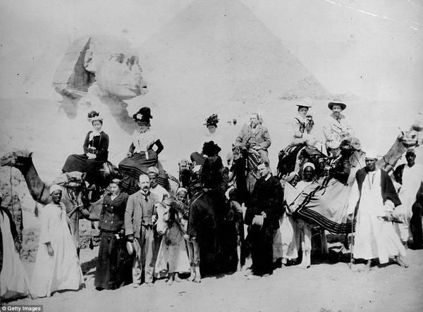 Trong thời gian Anh thống trị, rất nhiều người dân Anh và các nước châu Âu đã đến Ai Cập, và tổ chức các chuyến đi thăm công trình kiến trúc lịch sử nổi bật nhất thế giới là kim tự tháp. Ảnh: Getty.
