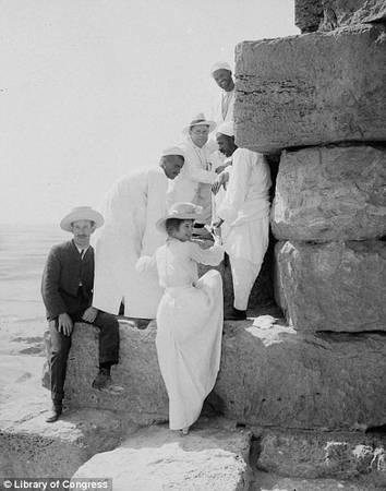 Vào thời điểm đó, du khách có thể leo lên trên các bậc đá của kim tự tháp, và đây cũng là việc được nhiều người thích thú. Ảnh: Library of Congress.
