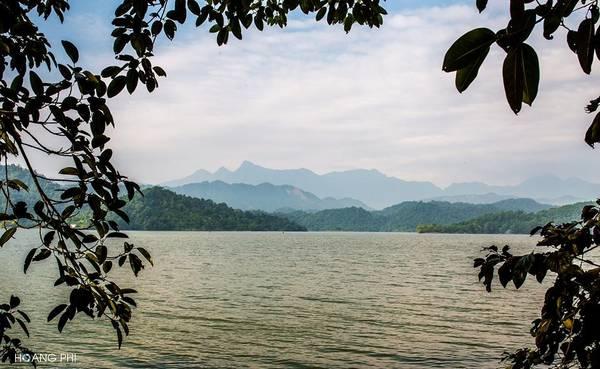 Hồ Núi Cốc sở hữu một vẻ đẹp hữu tình và nên thơ, với một hồ nước rộng 25 km2 với 89 hòn đảo lớn nhỏ, rải rác giữa lòng hồ.