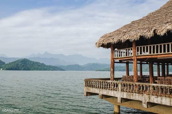 Sáng sớm đến đây, du khách có thể hít hà bầu không khí trong lành, đi thuyền khám phá những hòn đảo nhấp nhô, ngắm nhìn cây cỏ in bóng xuống mặt hồ tĩnh lặng, xa xa là những dãy núi trùng điệp...