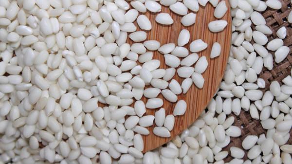 Gạo là nông sản không thiếu trong bữa cơm gia đình. Những hạt gạo trắng ngần là tâm huyết và mồ hôi của những người nông dân cần cù, chịu khó.