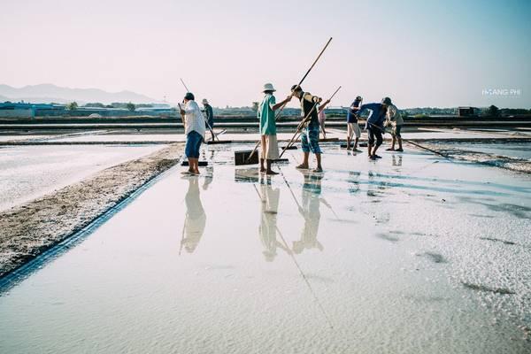 Nghề làm muối gắn với diêm dân Long Điền từ bao đời nay. Họ đã quen với cái nắng cháy da và vị mặn mòi của muối biển, dù thu nhập rất thấp.