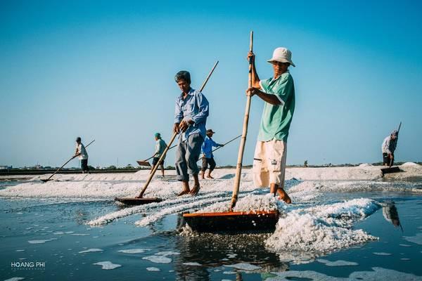 canh-dong-muoi-ba-ria-vung-tau-ngay-nNghề muối vất vả là thế, nhưng ngày nào cũng vậy, khi bình minh lên, những người dân nơi đây lại ra ruộng làm việc.ang-gat-ivivu-8
