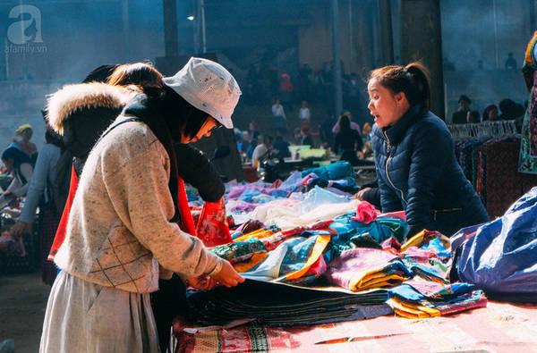 Áo hoa, áo ren hay áo gấm cũng chỉ từ 60 ngàn đến 120 ngàn đồng.