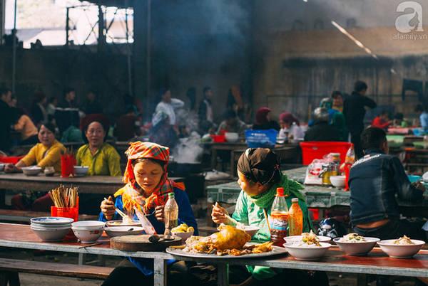 Chợ không chỉ là nơi ghé ăn bún, bánh mà còn là nơi ngồi tán gẫu chuyện nhân gian