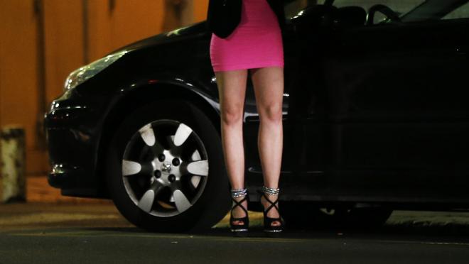 Nhiều ông chủ còn tung ra các combo cuối tuần với giá 287 USD cho hai đêm ở khách sạn, các cô gái thoát y trong bữa tối… Khách hàng phải tip thêm 32 USD nếu muốn xem một điệu nhảy thoát y hoặc nhiều hơn nữa. Ảnh: Huffington Post.