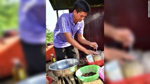 """Ouch cho hay: """"Chúng rất ngon, đó là một loại đồ ăn nhẹ rất hợp khi uống bia hoặc rượu gạo"""". Trong hình anh đang chuẩn bị các loại gia vị để ướp. Hầu như nhện Tarantula Ouch bán đều được bắt từ Kampong Cham, một tỉnh cách Siem Reap 200 km về phía đông nam. Người dân nơi đó thường dành cả ngày để săn tìm tổ nhện."""