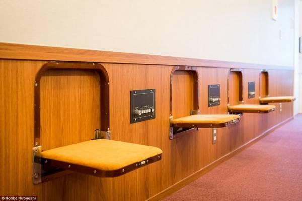 Khi không có nhu cầu sử dụng, các ghế ngồi này có thể được đóng lại để tiết kiệm không gian