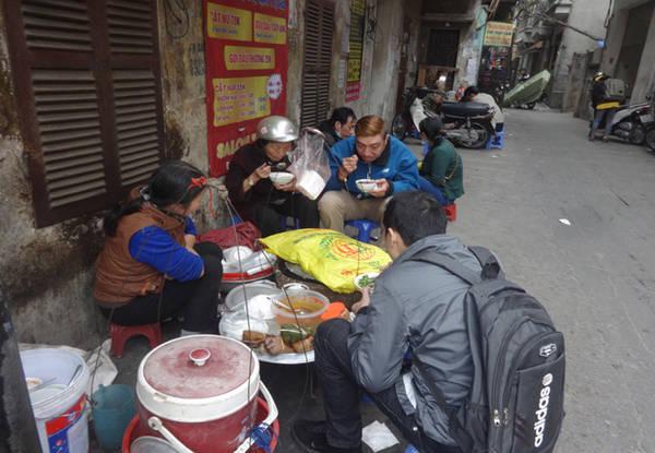 Không cửa hàng khang trang, cũng không quảng cáo cầu kỳ nhưng hàng bánh đúc nóng của cô Hạnh ở cuối đường Minh Khai luôn đông khách. Ảnh: Tuyết Mai.