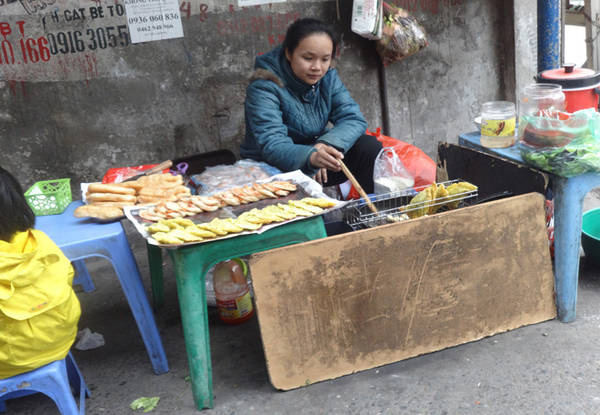 Ngoài ra, thực khách cũng có thể thưởng thức bánh gối, bánh khoai, bánh tôm ở ngay phía đối diện hàng bánh đúc. Ảnh: Tuyết Ma