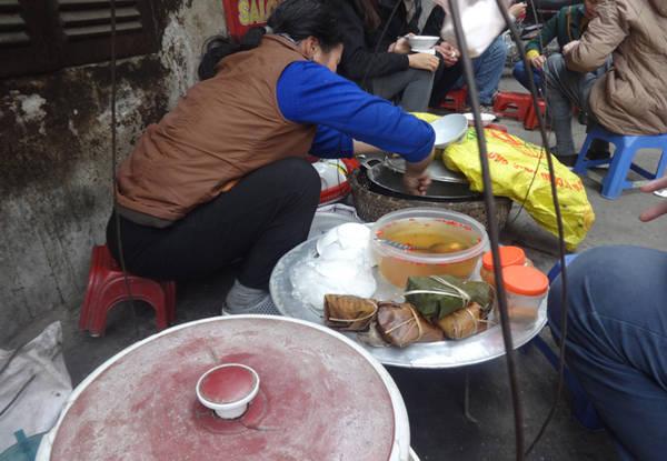 Hàng bánh đúc của cô đơn giản gồm một gánh hàng rong với một bên là nồi bánh đúc, một bên là chè đỗ đen nóng, dăm ba cái bánh giò, bát, thìa, vài chiếc ghế nhựa được sắp xếp gọn gàng. Ảnh: Tuyết Mai.