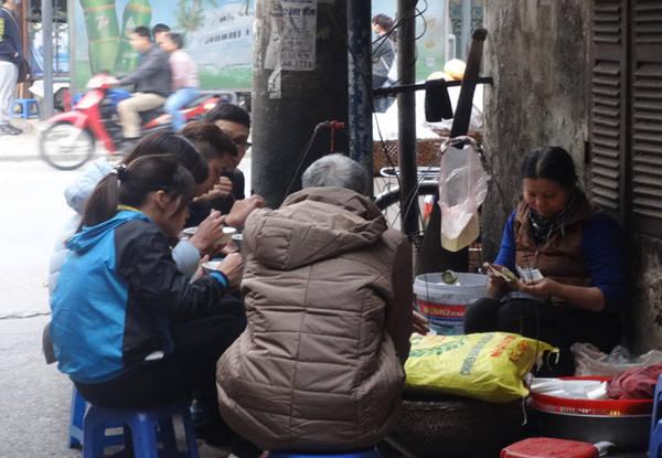Khách ăn ở đây đủ mọi lứa tuổi, phần lớn là người dân khu phố. Ngoài khách ăn ở quán, lượng khách mua về cũng khá đông. Quán thường mở vào lúc 4h chiều và chỉ bán đến 5 rưỡi, hôm nào muộn cũng chỉ đến 6h là hết hàng. Ảnh: Tuyết Mai.