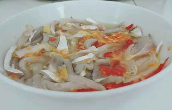 Gỏi cá ướt với hỗn hợp nước mắm pha chanh, ớt, tỏi, gừng cùng với giấm - Ảnh: Thanh Ly