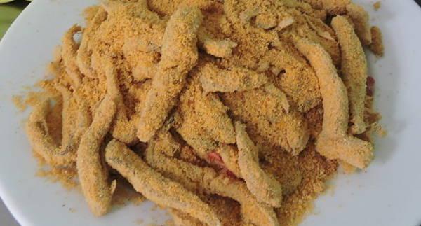 Gỏi cá khô với hỗn hợp bánh tráng, đậu, mè đã giã mịn - Ảnh: Thanh Ly