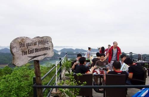 Du khách thưởng thức đồ uống, ngắm cảnh trên đài quan sát của Pháo đài Thần công. Ảnh: dulichkhampha.