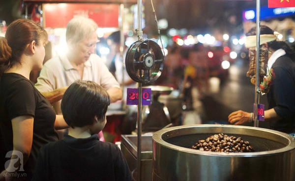 Chinatown có rất nhiều quầy hạt dẻ rang thơm lừng.