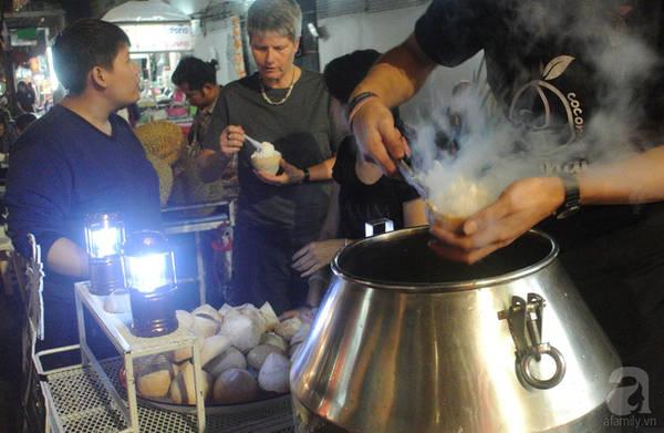 Ngoài kiều kem dừa truyền thống, ở đây còn có kem dừa non làm lạnh bằng nitơ lỏng rất hút khách.