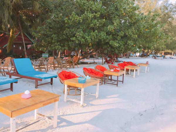 Những hàng quán như những điểm nhấn cho bãi biển thêm màu sắc.