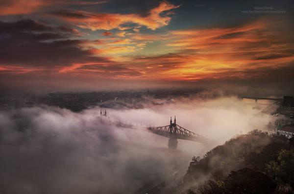 Budapest là thủ đô và thành phố lớn nhất Hungary. Nó được xem là một trong những thành phố đẹp nhất ở châu Âu, hàng năm thu hút nhiều du khách quốc tế đến tham quan, chụp ảnh.