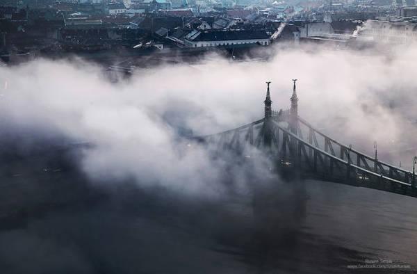 Sương và mây mù nhìn như những đợt sóng cuộn trào bên trên thành phố