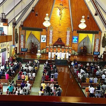 Không gian thánh đường chính rất rộng để đáp ứng giao dân đến làm lễ. Ảnh: @nathania.ltn