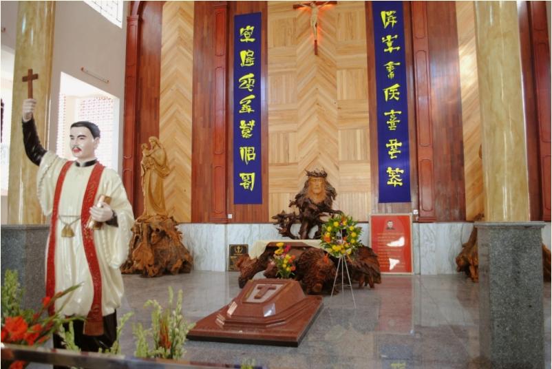 Thánh đường được bày trí rất đẹp và lộng lẫy qua những bức tượng gỗ quý.  Ảnh: giaoxugiaohovietnam