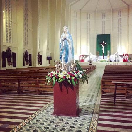 Vẻ đẹp trang nhã của nhà thờ Chánh tòa Vĩnh Long tạo cảm giác bình anh khi bước vào thánh đường. Ảnh: @phuvilam
