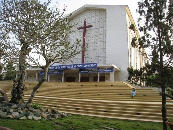 Khuôn viên nhà thờ rất rộng, giáo dân có thể nghỉ ngơi, tìm đến sự thanh thản.  Ảnh: giaoxugiaohovietnam