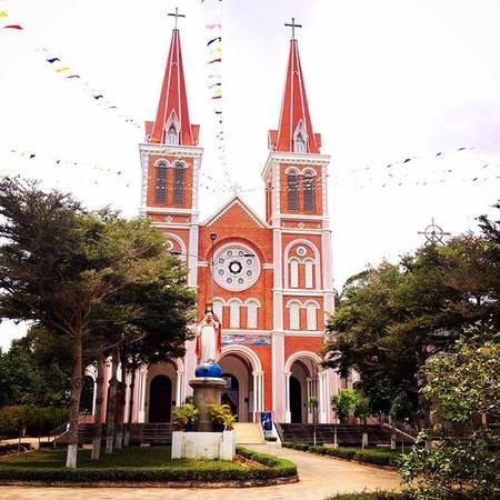 Nếu để ý, hẳn bạn sẽ thấy nhà thớ có dáng vẻ hơi giống với nhà thờ Đức Bà tại Sài Gòn.  Ảnh: @huutho.la.vn